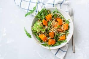 vegane power bowl schüssel mit gesunder rohkost und salat