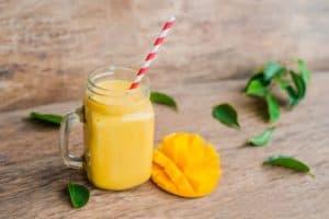 gelber shake im glas mit mango