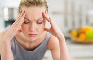 Gestresste Frau mit Kopfschmerzen