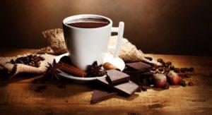 tasse Kaffee, drumherum Schokolade