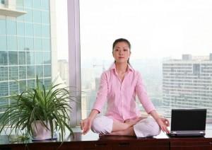Frau macht im Büro Yoga