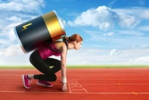 Frau in Startposition an Startlinie mit Batterie auf dem Rücken