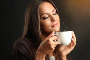 Frau riecht den Duft des Kaffees