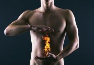 Mann mit Händen vor dem Bauch und Flamme zwischen den Händen
