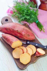Gelbfleischige Süßkartoffel mit roter Schale