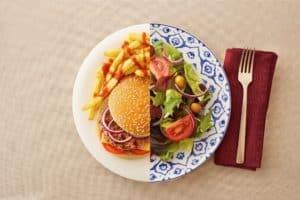 Teller mit Burger Salat und Pommes