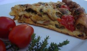 Eierkuchen mit Pilzen und Tomaten serviert auf weißem Teller