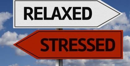 Zwei Straßenschilder in rot und weiß mit den Wörtern Stressed und Relaxed