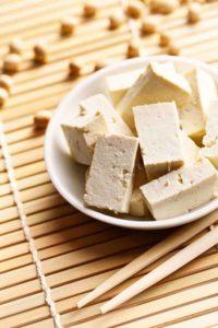 In Würfeln geschnittener Tofu in einer weißen Keramikschale