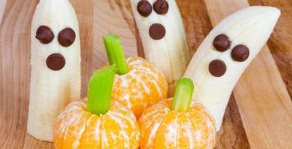Bananen und Mandarinen verziert mit Rosinen und Staudensellerie