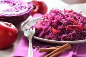 Gehächselter und gekochter Rotkohl auf weißem Teller