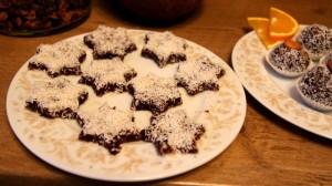 Kekse in Sternform mit Kokosraspeln