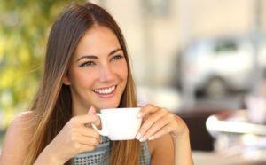 Lächelnde Frau mit Teetasse