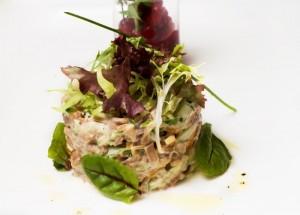 Forellen-Tatar mit Meerrettich an Blattsalat