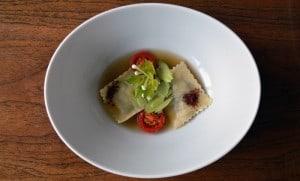 Suppe mit Ravioli, Staudensellerie und Tomaten