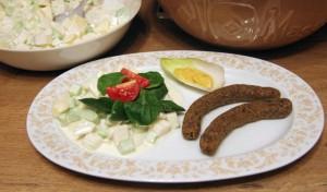 Rohkost Kartoffelsalat mit zwei veganen Würstchen und Senf