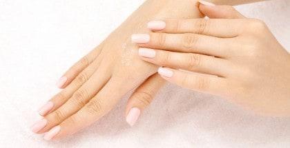 Frauenhände nach einem Salzpeeling