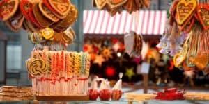 Weihnachtsmarktstand mit Süßigkeiten