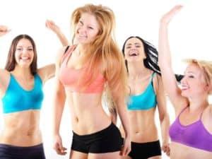 Tanzende Frauen, die Spaß am Sport haben