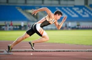 Sprinter auf Laufbahn in einem Stadion