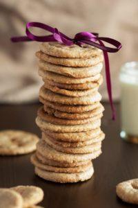 Gestapelte Walnuss-Kekse mit lilanem Schleifchen