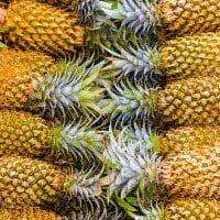Zehn Ananas mit grünem Strunk