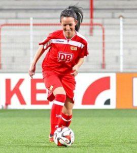 Fußballerin Anja im Stadion am Ball.