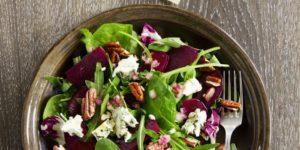 Salat mit frischem Spinat und roter Beete