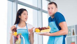 Ein junges Paar in der Küche mit frischem Obst.