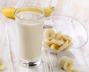 Bananenstücken und Joghurt Smothie
