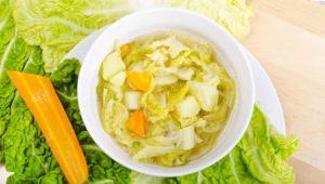 Suppe mit Kohlstücken und Möhre
