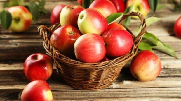 Korb mit roten Äpfeln