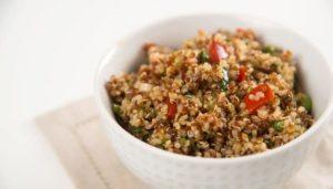 Eine große Schüssel Salat mit Quinoa