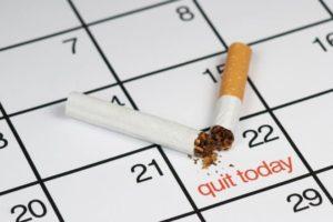 Kalenderblatt, in dem für den zweiundzwanzigsten 'quit today' steht; daneben eine zerbrochene Zigarette