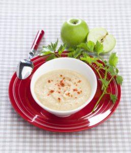 Apfel und Sellerie ist die ungewöhnliche Kombo in dieser Suppe.