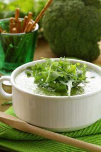 Brokkoli und Rucola sind die hauptzutaten dieser grünen Diätsuppe