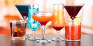 Verschiedene bunte Cocktail Gläser