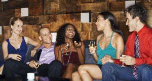 Gruppe junger Menschen trinkt Sekt und ist ausgelassen.