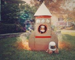 Kind in Spielzeug Rakete als Nachwuchs Raketenwissenschaftler