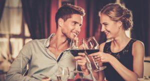 Mann und Frau trinken Rotwein romantisch.