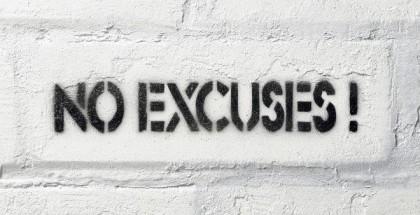No Excuses Schriftzug auf weißer Backsteinwand.