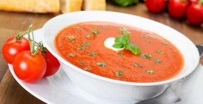 Tomatensuppe in Schüssel