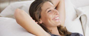 Entspannte Frau auf der Couch