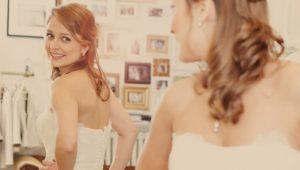 Braut schaut sich selbst im Spiegel an.