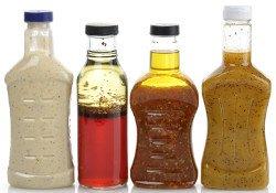 Vier Flaschen mit Dressings