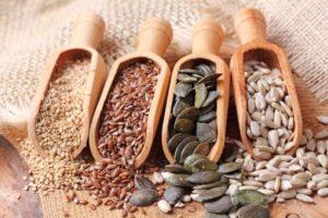 Schaufeln mit verschiedenen Körnern und Samen