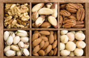 Nüsse quadratisch verstaut in Holz