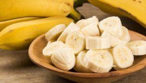 Banane in Scheiben geschnitten und in Schale serviert.