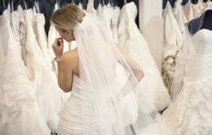 Frau mit weißen Brautkleidern