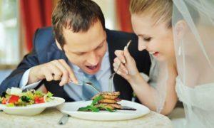Brautpaar beim Essen